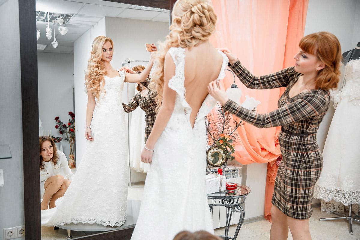 Фото невеста примеряет платье