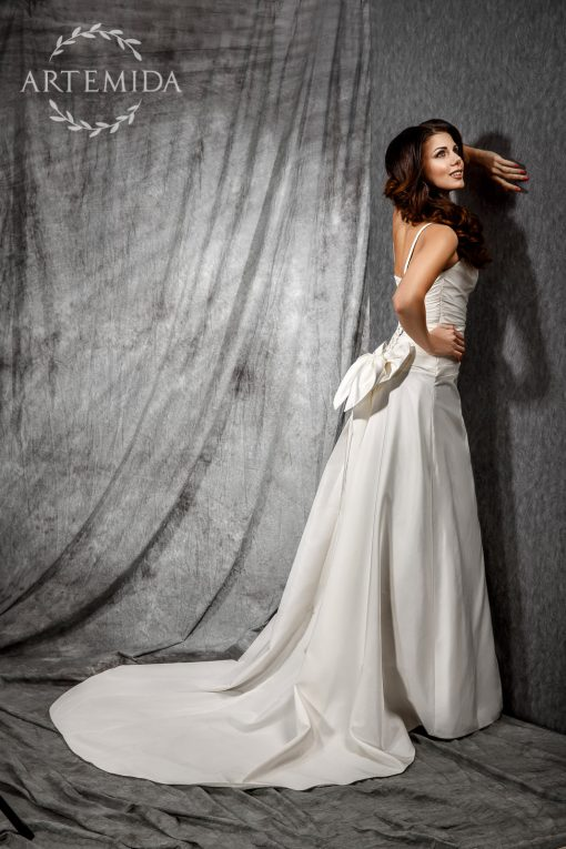Не пышное атласное свадебное платье цвета айвори напрокат в центре Минска. Свадебное платье на переливистую фигуру купить в Минске