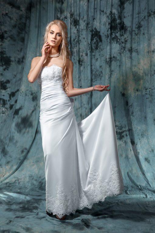 Прямое не пышное свадебное платье с кружевным лифом, роскошным шлейфом и бантом индивидуальный пошив Минск
