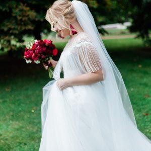 Пышное свадебное платье с бисерной коймой, выполненной вручную