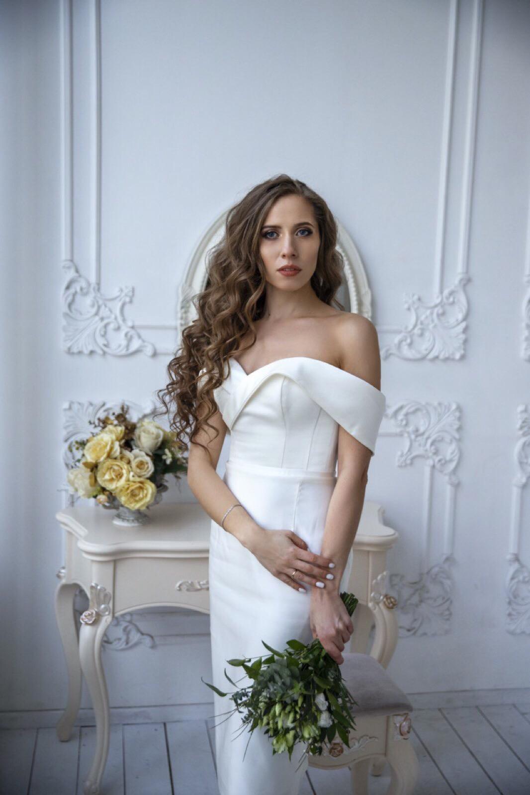 короткое свадебное платье из атласа